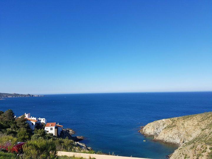 vue magnifique sur la côte sauvage depuis le terrain devant la terrasse de l'appartement